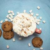 Roze kop van cacao met marshmellows op lichtblauw servet Royalty-vrije Stock Foto