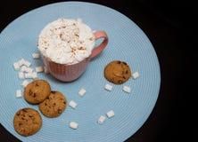 Roze kop van cacao met marshmellows op lichtblauw servet Royalty-vrije Stock Afbeelding
