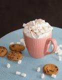 Roze kop van cacao met marshmellows op lichtblauw servet Royalty-vrije Stock Foto's