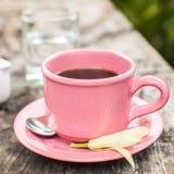 Roze kop van koffie op houten lijst Royalty-vrije Stock Afbeeldingen
