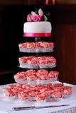 Roze kopcakes bij huwelijk stock fotografie