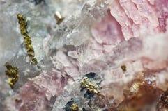Roze kristallen Rhodochrosite met deeltjes van Pyriet Natuurlijke textuur van mineraal voor achtergrond Mooie achtergrond en royalty-vrije stock afbeeldingen