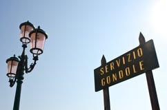 Roze lantaarn en van de Informatie teken, Venetië stock foto