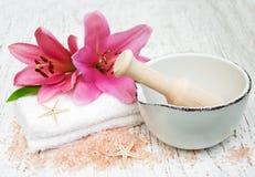 Roze lelie, handdoeken en overzees zout royalty-vrije stock fotografie