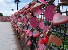 Roze liefdesloten op een omheining op Penang-Heuvel Royalty-vrije Stock Foto's