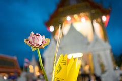 Roze lotusbloem en wierook voor de achtergrond van Boedha en van het onduidelijke beeld Stock Fotografie