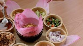 Roze lotusbloembloemblaadje en gemengd van voedsel van de keuken het plantaardige Thaise traditie stock video