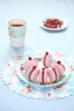 Roze Macarons die met Rode Bessengestremde melk wordt gevuld Stock Fotografie