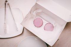 Roze makarons in een doos Stock Afbeeldingen