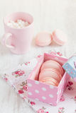 Roze makarons in giftdoos Gekleurde pastelkleur Stock Foto