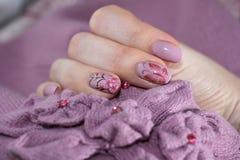 Roze manicure samen met de elementen van kleding Stock Fotografie