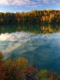 Roze meer op een de herfstochtend Stock Foto