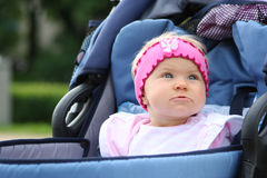 Roze meisje in blauwe rolstoel Royalty-vrije Stock Afbeeldingen