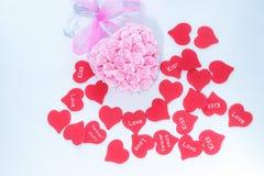 Roze met de hand gemaakte decoratie voor huwelijksviering met hoop van rode harten voor valentijnskaartdag stock foto's