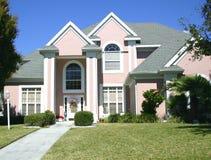 Roze met puntgevel huis Stock Foto's