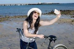 Roześmiana dziewczyna bierze selfie na nadmorski Fotografia Royalty Free