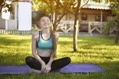 Roześmiana kobieta na joga macie abstrakcjonistycznego ranek naturalna lato tapeta Zdjęcia Stock