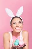 Roześmiana kobieta z Wielkanocnymi jajkami Fotografia Stock