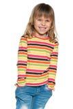 Roześmiana llittle dziewczyna w pasiastej koszula zdjęcie stock