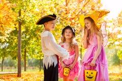 Roześmiani dzieci w Halloweenowych kostiumach wpólnie Obraz Stock