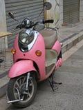 Roze motor op de straat in Kunming, China Royalty-vrije Stock Fotografie