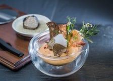 Roze mousse voor groenten met een crouton van zaden in een transparante die container, met plakken van zwarte truffel wordt verfr Royalty-vrije Stock Foto's