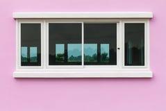 Roze muren en witte vensters Stock Fotografie
