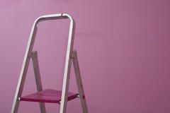 Roze muur met ladde Stock Foto's