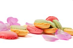 Roze nam bloemblaadjes en macaron koekjes toe Royalty-vrije Stock Foto's
