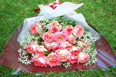Roze nam bloemboeket op grasachtergrond toe royalty-vrije stock foto