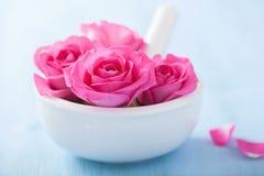 Roze nam bloemen in mortier voor aromatherapy en kuuroord toe stock afbeeldingen