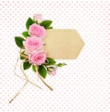Roze nam bloemen op ambachtdocument etiket toe stock fotografie