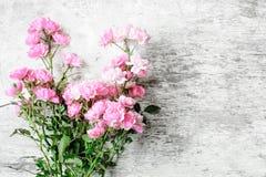 Roze nam bloemenboeket op witte rustieke houten achtergrond toe Stock Afbeeldingen