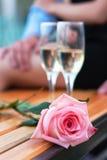 Roze nam en twee wijnglazen met champagne toe Stock Fotografie