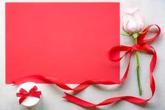 Roze nam met een gift en een rood document blad toe Stock Fotografie