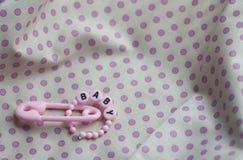 Roze nieuwe de vieringsaankondiging van het babymeisje trinkets Stock Foto