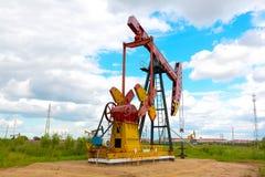 Roze Oliepomp van ruwe oliebroninstallatie Royalty-vrije Stock Afbeeldingen