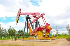 Roze Oliepomp van ruwe oliebroninstallatie Royalty-vrije Stock Fotografie