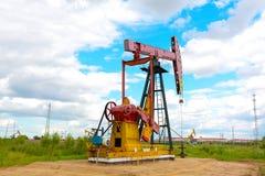 Roze Oliepomp van ruwe oliebroninstallatie Royalty-vrije Stock Foto's