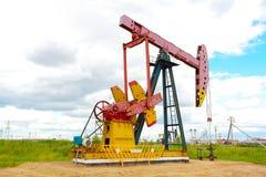 Roze Oliepomp van ruwe oliebroninstallatie Stock Foto