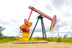 Roze Oliepomp van ruwe oliebroninstallatie Stock Afbeelding