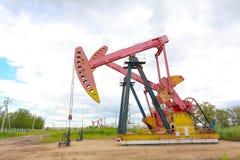 Roze Oliepomp van ruwe oliebroninstallatie Stock Foto's
