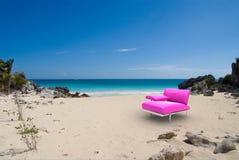 Roze ontwerperzetel in tropisch strand Stock Foto's