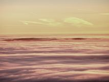 Roze oranje zonstijging boven nevelige de winterbergen Royalty-vrije Stock Fotografie