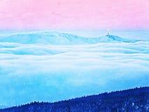 Roze oranje zonstijging boven nevelige de winterbergen, shinning mist Pieken van bergen Royalty-vrije Stock Afbeelding