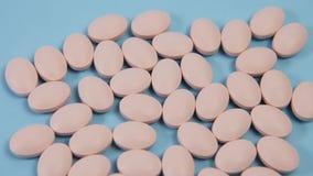 Roze ovale pil voor het zwangere vrouwen liggen stock footage