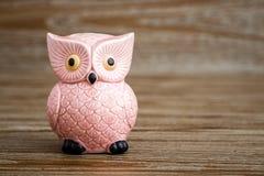Roze Owl Figurine op Houten Achtergrond royalty-vrije stock afbeeldingen