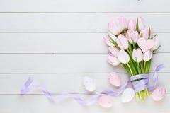 Roze pastelkleurtulp op de witte achtergrond De achtergrond van Pasen stock foto