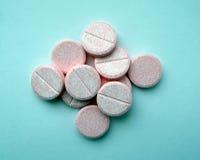 Roze pillen op de blauwe achtergrond Royalty-vrije Stock Foto