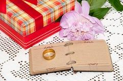 Roze pioen met gouden ring en document notitieboekje Royalty-vrije Stock Foto's